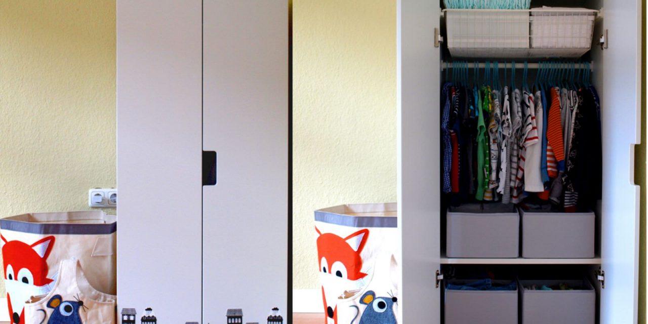 Montessori-inspiriert: Michels Kleiderschrank mit 24 Monaten