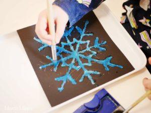 Salzmalerei-bunte Eiskristalle aus Salz Malen mit Kindern Sensoryplay für die Sinne Leben mit Kindern Kleinkind Aktivitäten | MontiMinis.com