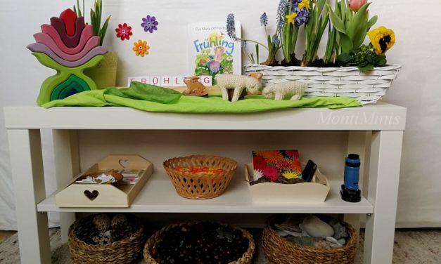 Frühling auf unserem Jahreszeitentisch und ein Blick in das Naturregal der Minis