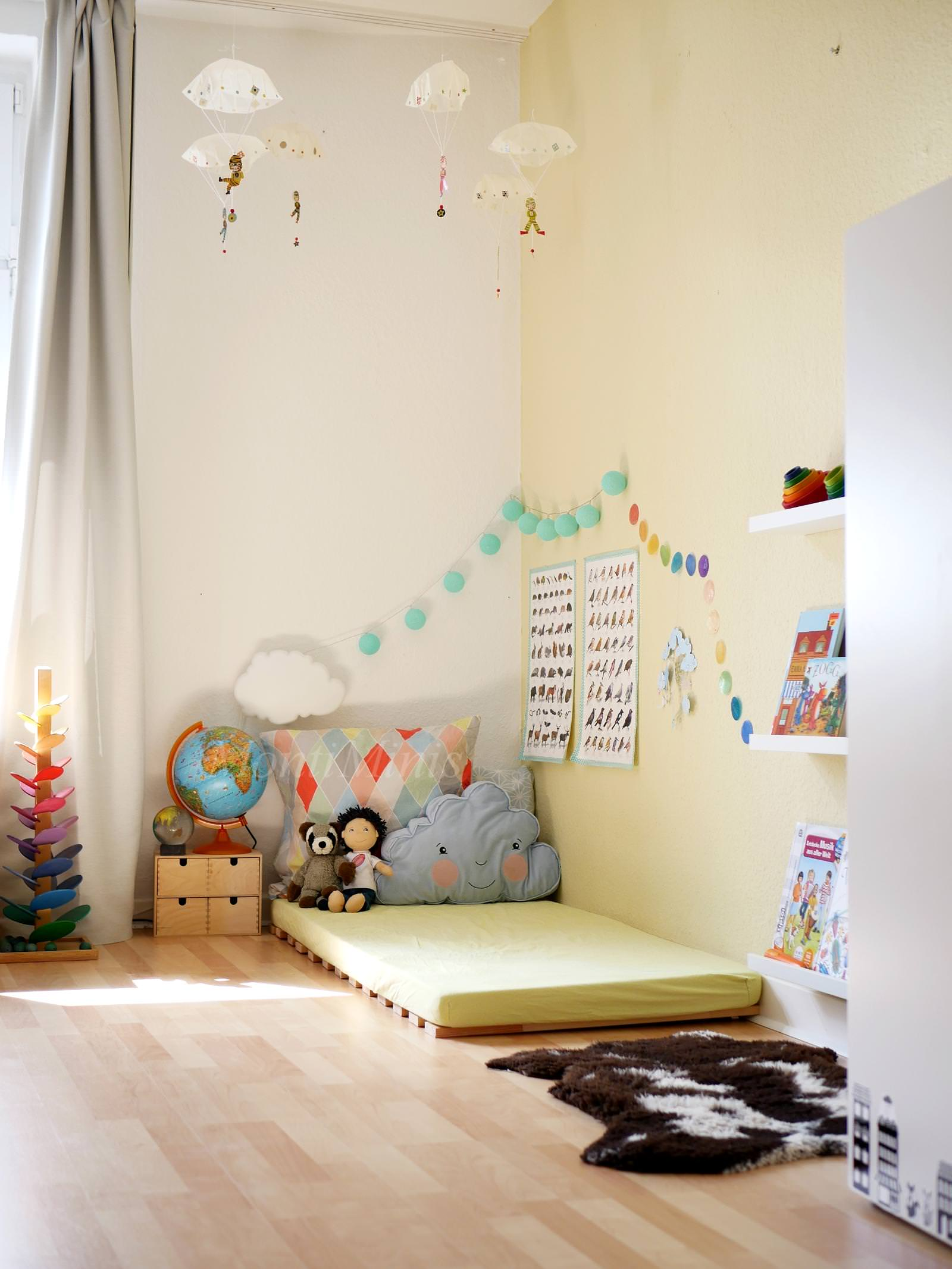Michels kinderzimmer mit 2 5 jahren montiminis for Montessori kinderzimmer