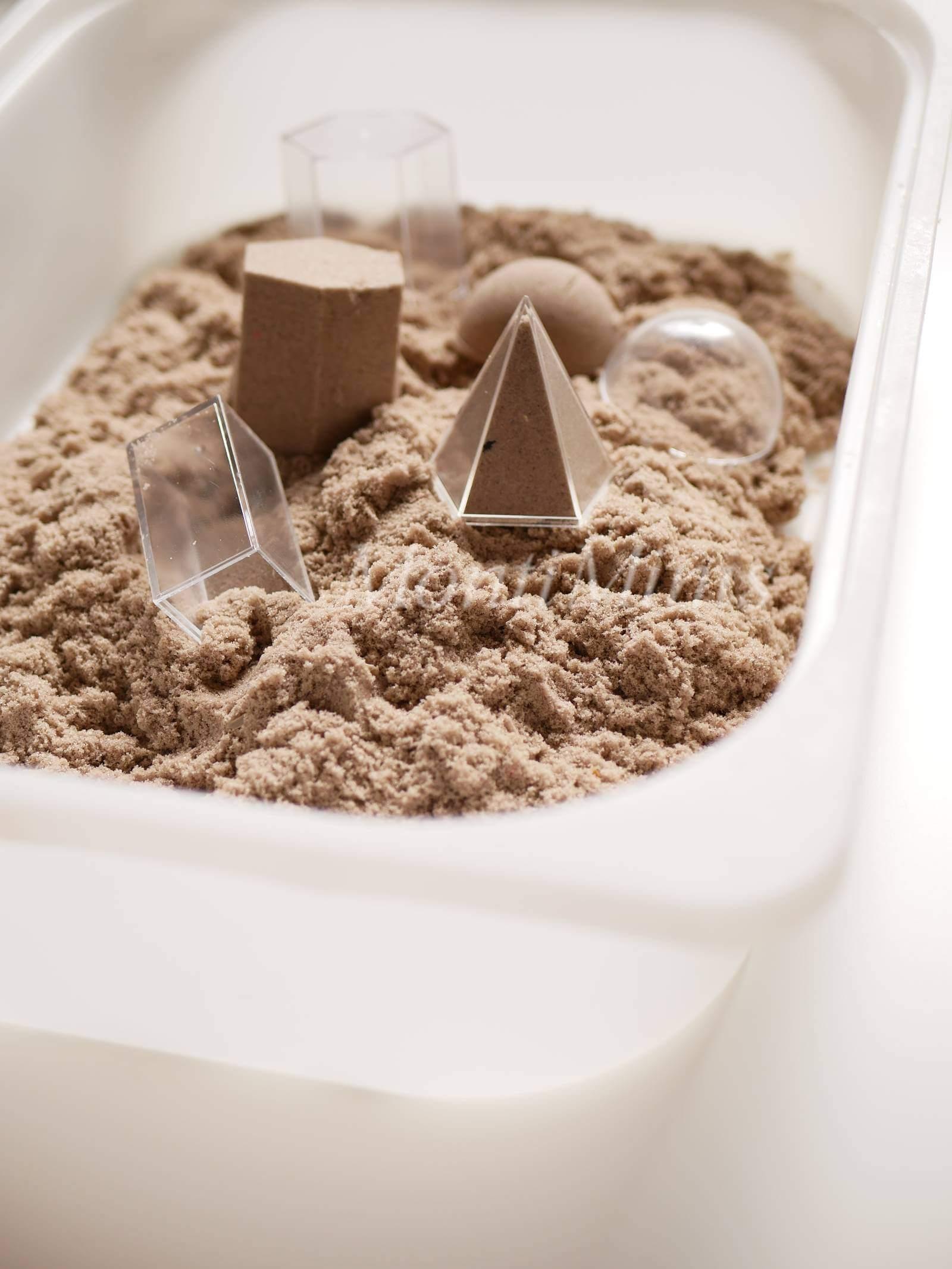 Sinnesboxen, Sinneskisten, Sinnestisch, Sensorische Kisten, Montessori, Spielen mit Kindern, Kinetischer Sand| MontiMinis.com