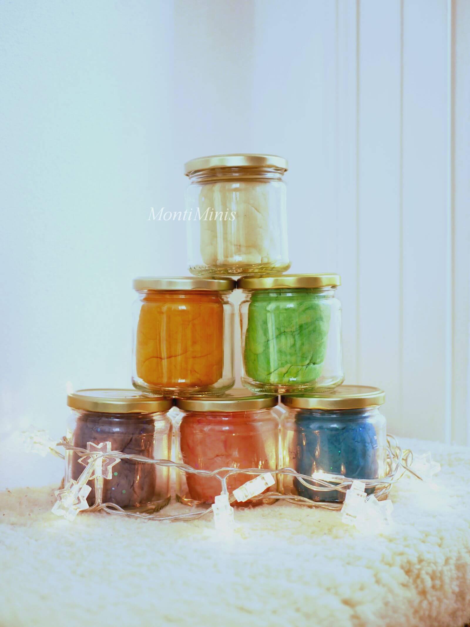 Knete selber machen, Lneterezept, DIY-Knete, Winteraktivitäten für Kinder, Winterspaß mit Kindern, Spielideen für Kinder, Basteln mit Kindern, MontiMinis.com